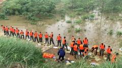 【抢险救灾 子弟兵在行动】河南固始:史河大堤发生管涌 武警官兵连夜封堵