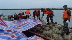 湖南临湘:大堤持续高水位运行 武警官兵紧急加固