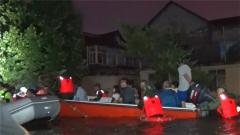【抢险救灾 子弟兵在行动】暴雨来袭 武警官兵连夜转移受灾群众