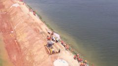 【抢险救灾 子弟兵在行动】 湖南临湘:风浪拍击大堤出现险情 武警官兵紧急加固