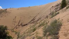 """山高坡陡流沙不断  跟随记者穿越恐怖""""流沙河"""""""