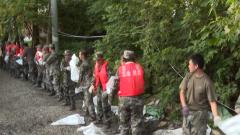 【抢险救灾 子弟兵在行动】安徽:官兵一线全力抗洪 群众上堤倾情慰问