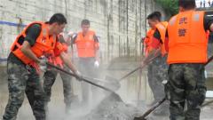 【抢险救灾 子弟兵在行动】溢洪道出现百米裂隙 武警官兵紧急支援排险