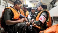 军队医疗防疫救援队走上抗洪一线