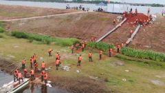 【抢险救灾  子弟兵在行动】江西九江:池塘突现泡泉群 武警官兵紧急封堵