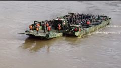 西藏军区某工程防化旅组织官兵开展极限体能训练