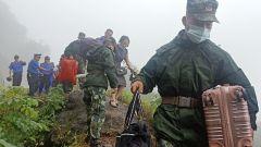 重庆万州:五桥机场路再塌方旅客滞留 船艇支队火速驰援转移人员
