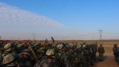 戈壁练兵!陆军第77集团军某旅战斗体能淬尖兵