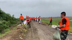 【抢险救灾 子弟兵在行动】安徽:多处圩堤告急 官兵雨中开展救援