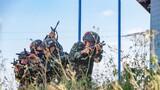 7月30日,八一建军节前夕,武警广西总队组织预备特战队员围绕小组战术、武装奔袭、极限体能等课目展开实战化训练。全程从难从严,进一步磨砺预备特战队员的战斗意志,提高队员们在复杂条件下的综合作战能力。该图为小组战术训练中,预备特战队员交替掩护搜索目标。