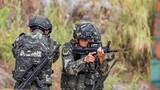 小组战术训练中,预备特战队员交替掩护搜索目标。