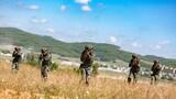 小组战术训练中,预备特战队员运用战术队形搜索目标。