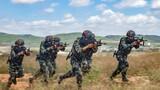 小组战术训练中,预备特战队员迅速展开追击。