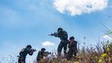 小组战术训练中,两名预备特战队员掩护队友突击。