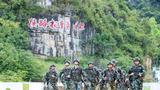 预备特战队员在进行武装奔袭训练。