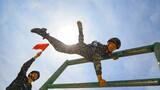 预备特战队员在进行300米障碍训练。