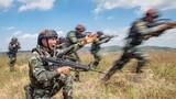 小组战术训练中,一名预备特战队员示意队友发起突击。