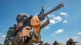 小组战术训练中,一名预备特战队员掩护队友前进。