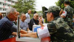 安徽铜陵:武警官兵慰问灾区敬老院孤寡老人