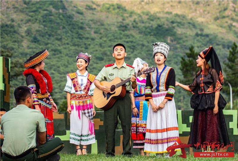 """1、2020年7月29日,武警官兵与驻地""""民族合唱队""""共同演唱民歌、军歌,庆祝""""八一""""建军节的到来。"""