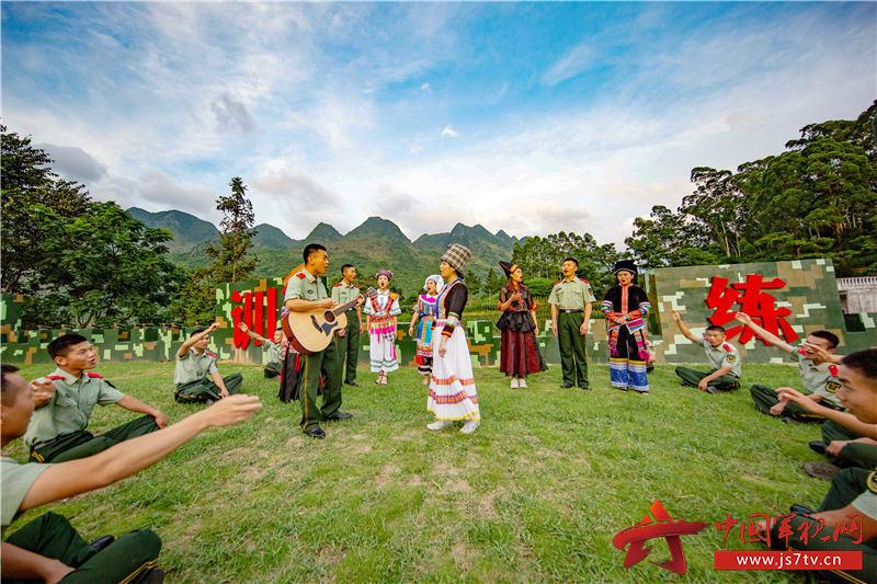 """5、2020年7月29日,武警官兵与驻地""""民族合唱队""""共同演唱民歌、军歌,庆祝""""八一""""建军节的到来。"""