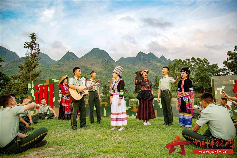 """6、2020年7月29日,武警官兵与驻地""""民族合唱队""""共同演唱民歌、军歌,庆祝""""八一""""建军节的到来。"""
