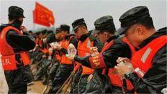 万余名解放军、武警部队官兵奋战环巢湖大堤