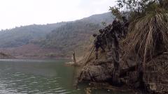 野外奔袭深入敌后 战士们为何被一条河拦住去路?