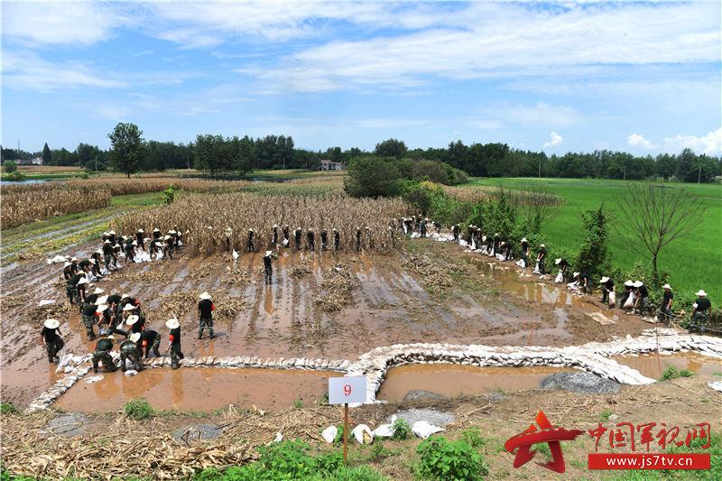 图2:2020年7月31日,安徽铜陵,武警合肥支队官兵在安徽铜陵市义安区老洲乡中心村东大堤处置管涌险情。