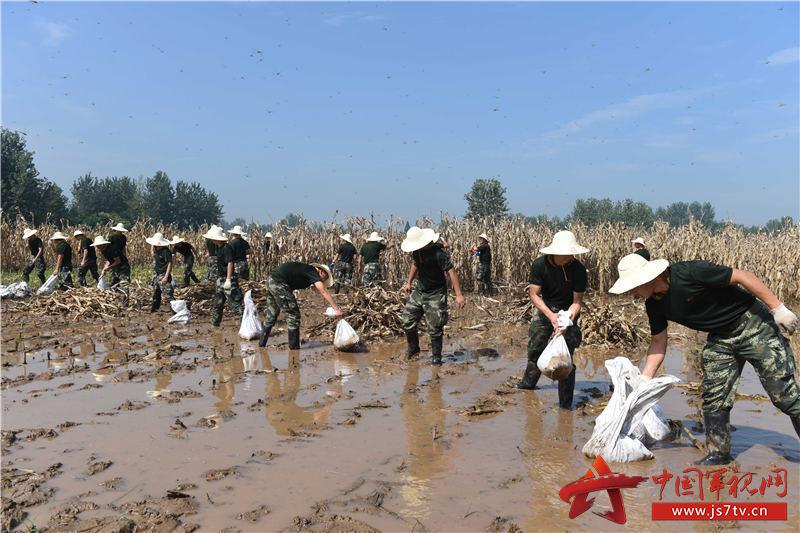 图4:2020年7月31日,安徽铜陵,武警合肥支队官兵在安徽铜陵市义安区老洲乡中心村东大堤处置管涌险情。