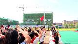 全体师生与武警官兵共同参加升国旗仪式。