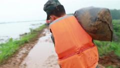 体力透支仍要坚持 官兵连续5小时搬运沙袋筑堤防洪