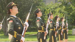 """【我的八一】仪仗女兵枪操表演 就是这么""""飒"""""""