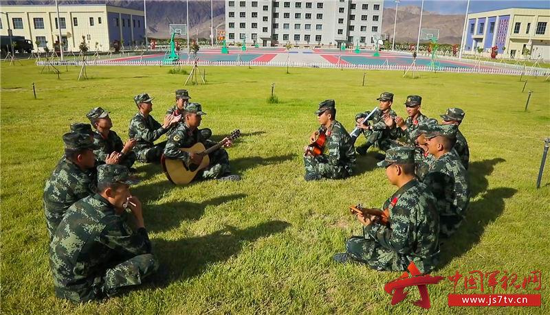 图5:官兵在休息时间自娱自乐