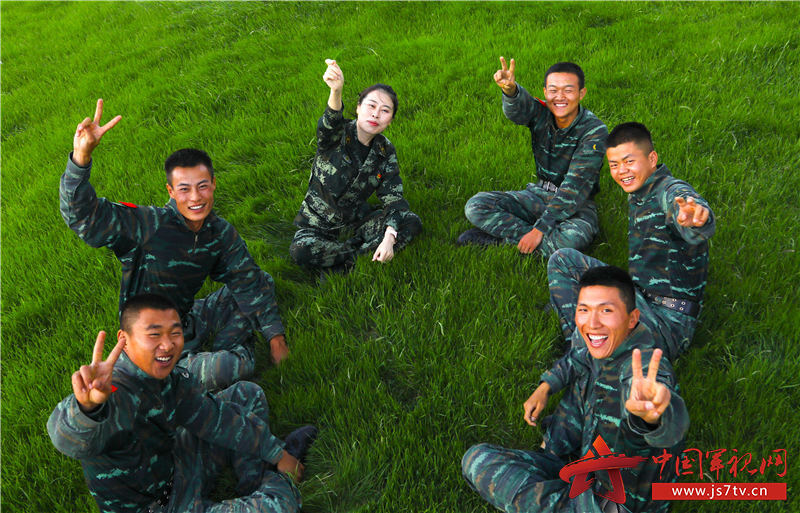 图9:通过谈心交流,官兵露出来开心的笑容