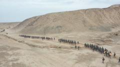 新疆军区某火力团开展20公里战斗体能拉练