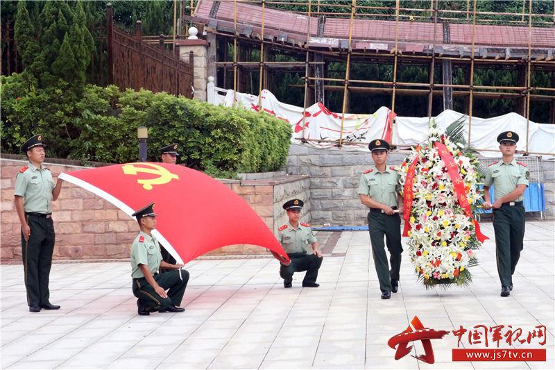 5,2020年8月2日,武警官兵向革命先烈进献花篮。