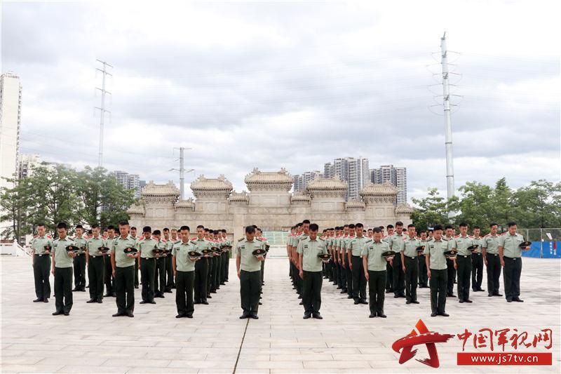 2,2020年8月2日,武警官兵向革命先烈进行默哀。