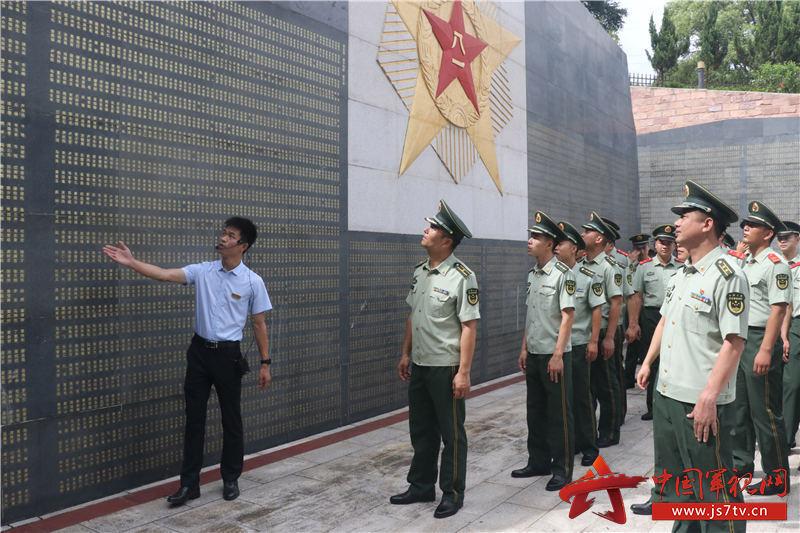 4、2020年8月2日,红色革命纪念碑前工作人员向武警官兵讲解革命英雄事迹。