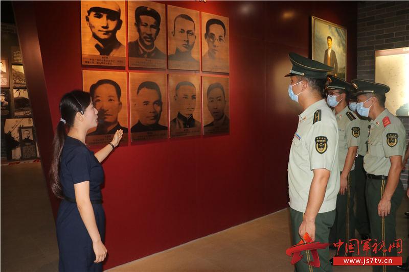 7、2020年8月2日,红色革命纪念馆前工作人员向武警官兵讲解革命英雄事迹。