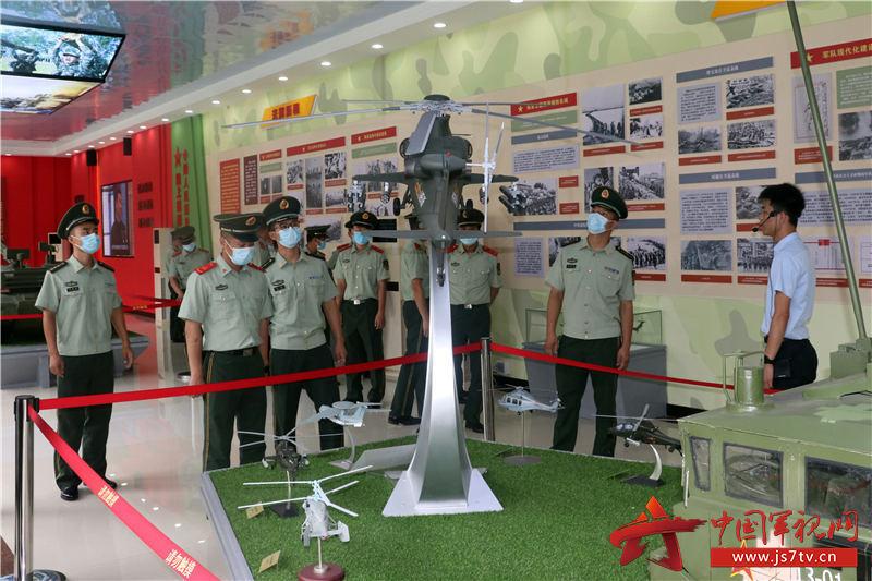 1,2020年8月2日,武警官兵观看展品。