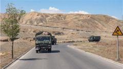 """酷暑戈壁 """"野味""""练兵:直击新疆军区某团多兵种实战实训"""