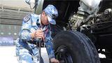 汽车分队战士正在进行维修训练