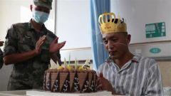 排长冒小驰脱离危险 战友祝福25岁生日