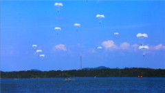 【直击演训场 聚焦水上训练场】空降兵某旅成建制完成水上跳伞