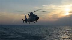 【直击演训场 聚焦水上训练场】舰载直升机展开远海飞行训练