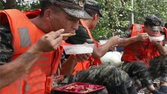 抗洪前线他们持续奋战 抗洪后方他们全力保证战友营养供应