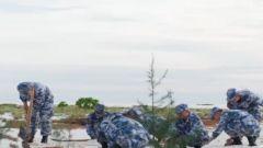 """面对艰难险阻也要扎根 这群守岛官兵硬是把""""南海戈壁""""变成""""海上绿洲"""""""