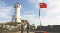 开山岛的旗帜高高飘扬