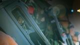 特战队员手握钢枪严阵以待。摄影:周焕成 谢宇